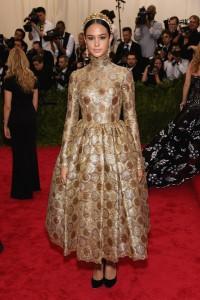 Courtney Taton con un vestido dorado con estampado geométrico de la firma Dolce&Gabbana.