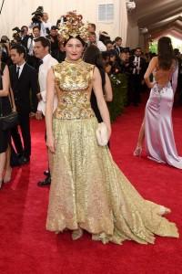 Tabitha Simmons con un vestido dorado de corte princesa de la firma Dolce&Gabbana.