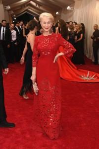 Helen Mirren con un vestido rojo con transparencias de Dolce&Gabbana.
