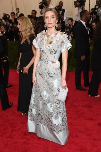 Annabelle Wallis con un vestido gris claro con estampados y flores de los diseñadores Dolce&Gababana.