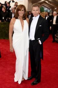 Donna Karan con un vestido escotado de color blanco diseñado por ella misma.