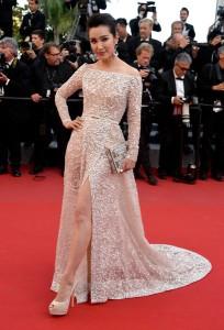 Li Bingbing con un vestido blanco de manga larga del diseñador libanés Elie Saab colección Haute Couture Fall 2014.