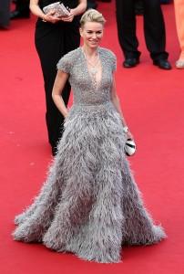 Naomi Watts maravillosa con un vestido gris plata con falda de plumas de corte princesa del diseñador libanés Elie Saab colección Haute Couture Spring 2015.
