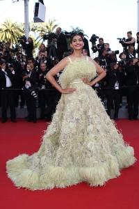 Sonam Kapoor con un vestido amarillo de corte princesa con plumas del diseñador Elie Saab colección Haute Couture Spring 2015.