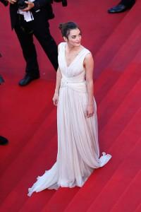 Charlotte LeBon con un vestido blanco estilo griego diseñado por el libanés Elie Saab.
