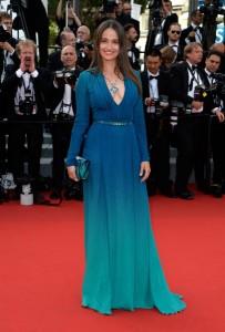 Marie Gillain con un vestido azul de manga larga y gran escote de Elie Saab pret-a-porter Spring 2015.