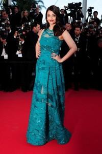 Aishwarya Rai con un vestido verde del diseñador Elie Saab de la colección Pret-à-porter Spring 2015.
