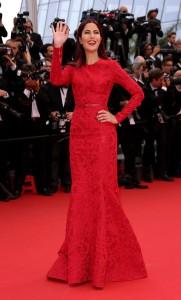 Katrina Kaif con un vestido rojo de manga larga del diseñador Elie Saab colección Pre-Fall 2015.