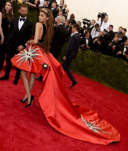 Detalle de los estampados de la cola del vestido.