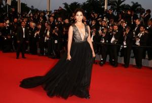 Camila Alves con un vestido negro con gran escote y falda de tul de la diseñadora Gabriela Cadena.
