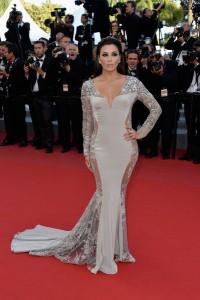 Eva Longoria con un vestido gris-plateado de la diseñadora Gabriela Cadena.