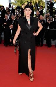Rossy De Palma con un vestido negro estilo smoking de Jean-Paul Gaultier.