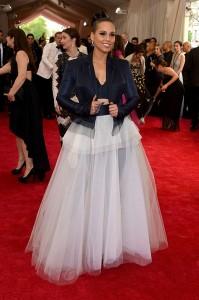 Alicia Keys con un vestido de tres piezas, con falda blanca de corte princesa, top y americana azul marino del diseñador Jean-Paul Gaultier colección Spring 2015.