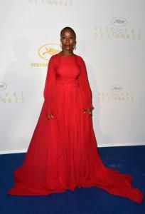 Rokia Traoré, también miembro del jurado, con un vestido rojo de gasa del diseñador libanés Georges Hobeika Haute Couture colección Fall 2014.
