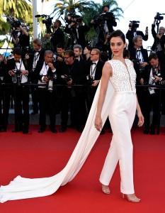 Cansu Dere con un jumpsuit blanco con cola del diseñador Georges Hobeika colección Haute Couture Spring 2015.