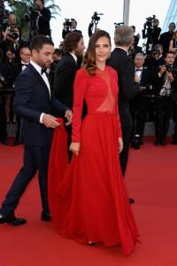 Virginie Ledoyen con un vestido rojo de manga larga con del diseñador Georges Hobeika colección pret-à-porter Fall 2015.