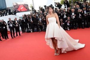 Leila Behkti con un vestido de corte princesa de corte asimétrico en la falda del diseñador Giambattista Valli.