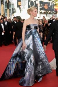 Cate Blanchett muy elegante con un vestido de corte princesa de color negro con estampados de la firma Gilles colección Fall 2015.