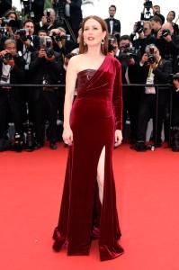 Julianne Moore con un vestido rojo de corte asimétrico de Givenchy Couture.