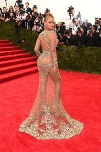 Detalles del vestido por su parte trasera.