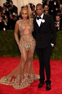 Beyoncé con un vestido con transparencias e incrustaciones de la firma Givenchy Couture.