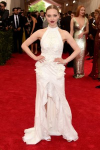 Amanda Seyfried con un vestido blanco con cuello halter de la firma Givenchy Couture.