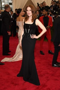 Julianne Moore con un vestido negro de tirantes de la firma Givenchy Couture.