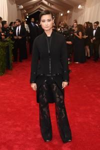 Li Yuchun con un traje negro con pantalones con transparencias de Givenchy Couture.