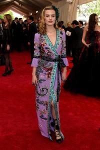 Georgia May Jagger, con un look muy acertado para la velada, con un vestido lila estampado de la firma Gucci.