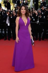 Salma Hayek con un escotado vestido morado de la firma Gucci.