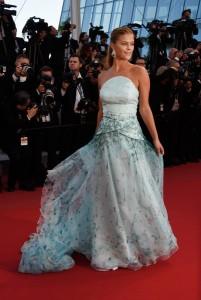 Nina Agdal con un vestido azul claro con estampados en un tono más oscuro de la firma Gyunel.