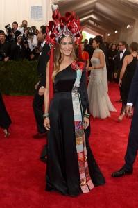 Sarah Jessica Parker con un vestido asimétrico de color negro con estampados de la firma H&M. La actriz acompañó el vestido con un tocado rojo de lo más comentado durante la noche.
