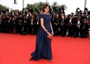 Ines de la Fressange con un vestido azul diseñado por ella misma.