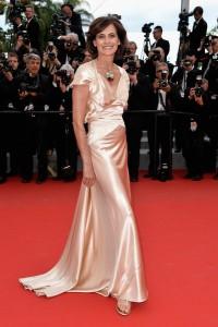 Ines de la Fressange con un vestido color crema de raso diseñado por ella misma.