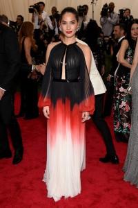 Olivia Munn con un vestido tricolor del diseñador J. Mendel.