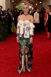 Chloe Sevigny con un vestido multicolor del diseñador J.W. Anderson.