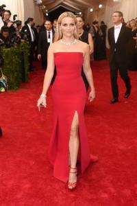 Reese Witherspoon con un vestido rojo con corte lateral del diseñador Jason Wu.
