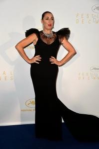 La actriz española Rossy de Palma que también fué miembro del jurado con un vestido negro del diseñador Juanjo Oliva.