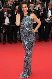 Megan Gale con un vestido gris plateado con estampado negro de KaufmanFranco.