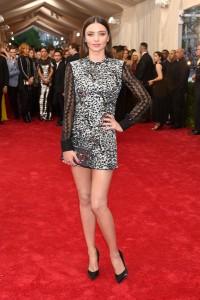 Miranda Kerr con un vestido corto plateado con mangas negras transparentes de Louis Vuitton.