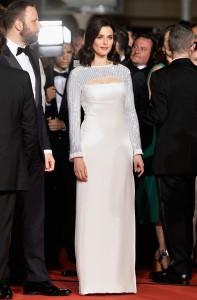 Rachel Weisz con un vestido blanco con mangas de paillettes de la firma Louis Vuitton Fall 2015.