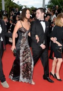 Adele Exarchopoulos con un vestido negro con estampados de la firma Louis Vuitton Fall 2015.