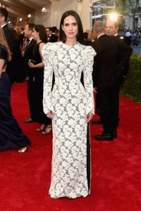 Jennifer Connelly con un vestido blanco de manga larga de la firma Louis Vuitton.