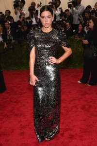 La actriz Adele Exarchopoulos con un vestido plateado de manga corta de Louis Vuitton.