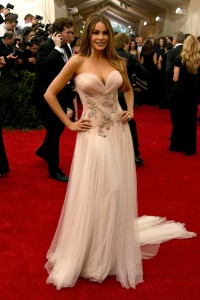 Sofía Vergara con un vestido rosa pálido de escote corazón de la firma Marchesa.
