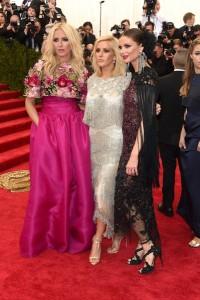 Keren Craig con un vestido rosa fúcsia de corte princesa y top floreado, Ellie Goulding con un vestido de flecos y Georgina Chapman con un diseño granate y negro con transparencias y flecos, los tres de la firma Marchesa.