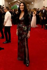 Cher con un vestido brillante en rojo y negro del diseñador Marc Jacobs.