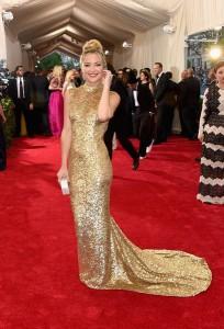 Kate Hudson con un vestido dorado con transparencias del diseñador Michael Kors.