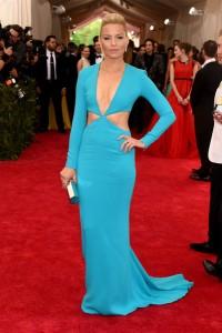 Elizabeth Banks con un vestido azul de manga larga del diseñador Michael Kors.