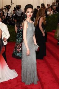 Fei Fei Sun con un vestido gris de paillettes del diseñador Michael Kors.